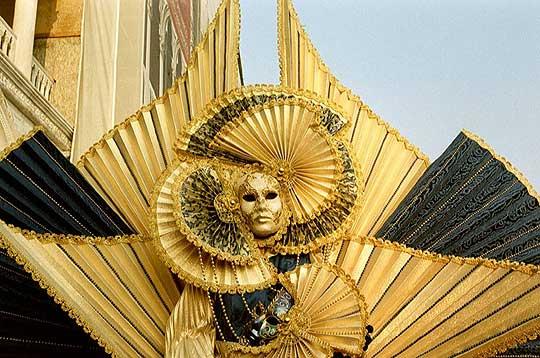 La tradition voulait que les participants, roturiers et aristocrates, se parent de costumes extravagants et restent anonymes grâce à leur masque